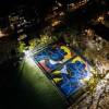 耐克请来艺术家Kaws,画了一个酷酷的篮球场